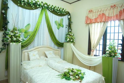 dekorasi kamar pengantin modern dengan unsur bunga