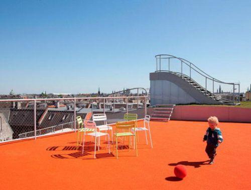 Atap rumah minimalis 2 lantai dimanfaatkan sebagai area bermain anak