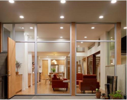 Contoh desain rumah 2 lantai dengan panel kaca besar yang tampak terbuka