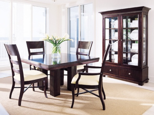 Contoh ruang makan dengan meja makan sederhana