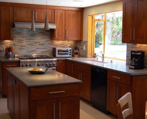 Dapur minimalis bernuansa alami dengan cabinet kayu