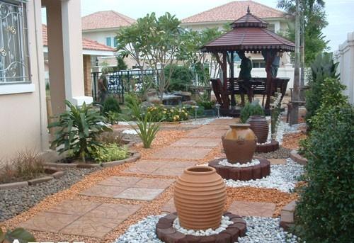 Desain gazebo minimalis di taman depan rumah
