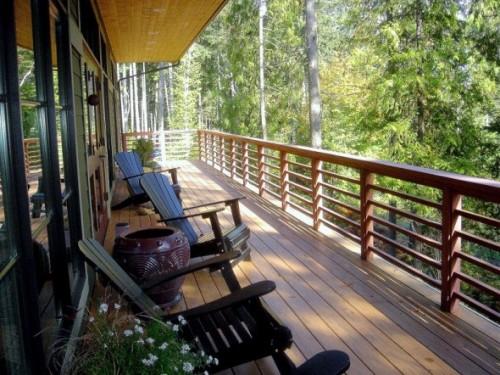 Balkon minimalis dengan furniture kayu - Distrohome