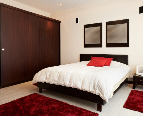 Kombinasi coklat yang menenangkan di kamar tidur - Shutterstock