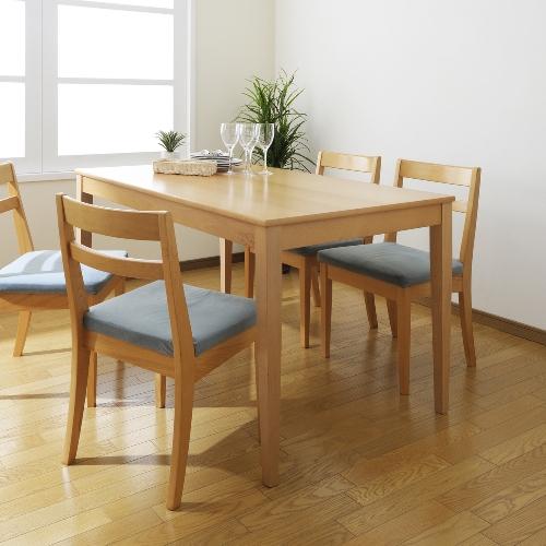 Meja makan kayu sederhana di rumah mungil - Shutterstock