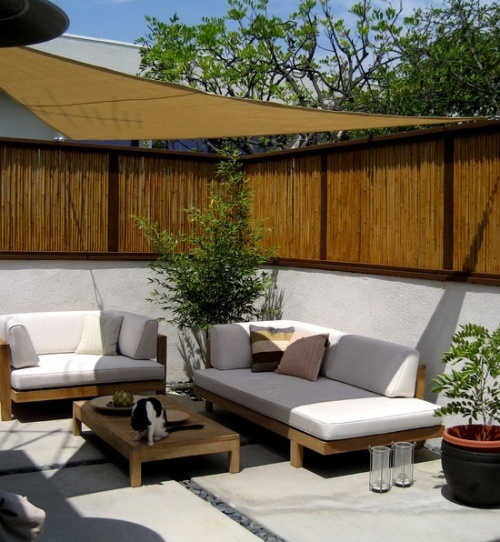 Pagar bambu di taman belakang rumah minimalis - Bambooandtikis