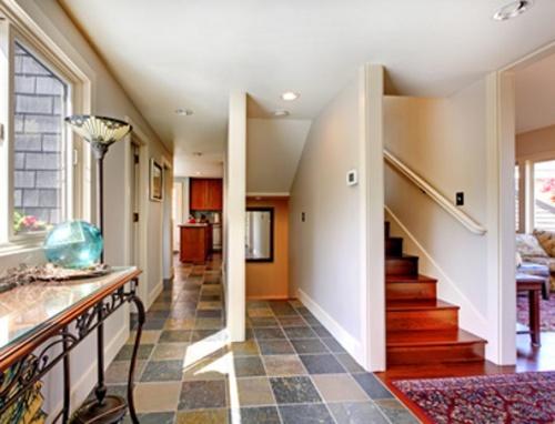 Tangga dengan ruang khusus di rumah type besar - Classicallyfengshuied