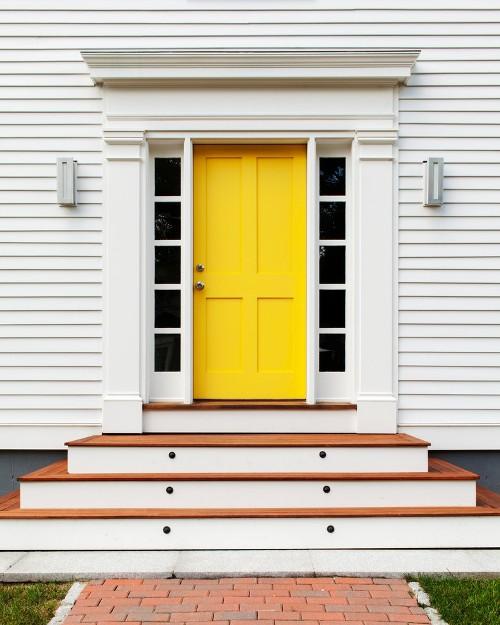 Fasad rumah minimalis dengan pintu berwarna kontras - Cranberradental