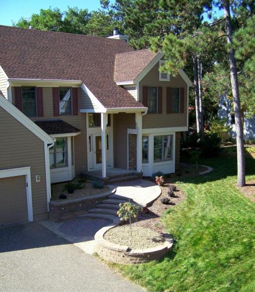 Walkway pada fasad rumah minimalis 2 lantai - Greenergrasssystems