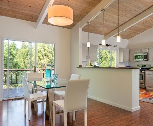 Plafon dapur minimalis natural dengan bahan kayu - Shutterstock