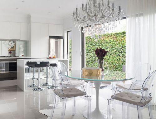 Ruang makan serba putih dengan kursi transparan - Homedit