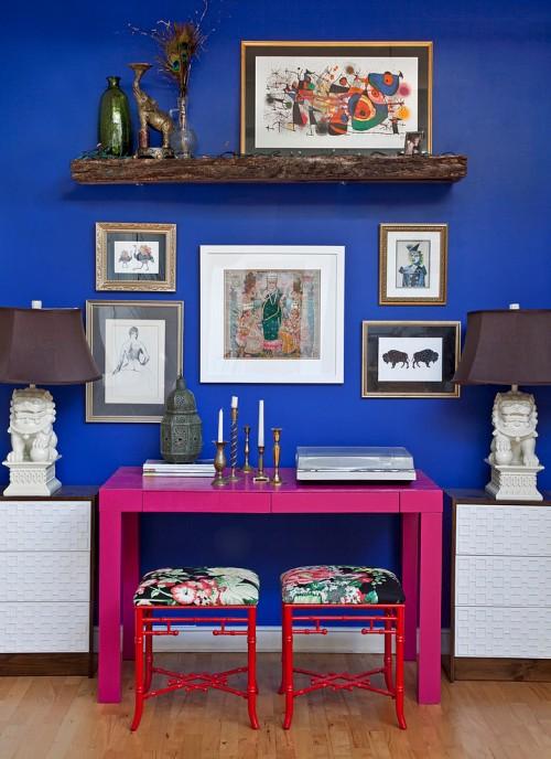Ruang belajar eklektik dengan meja kayu yang kontras -Apartementlifestyle