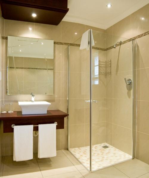 Desain interior kamar mandi dengan shower room transparan - Lunar.thegamez
