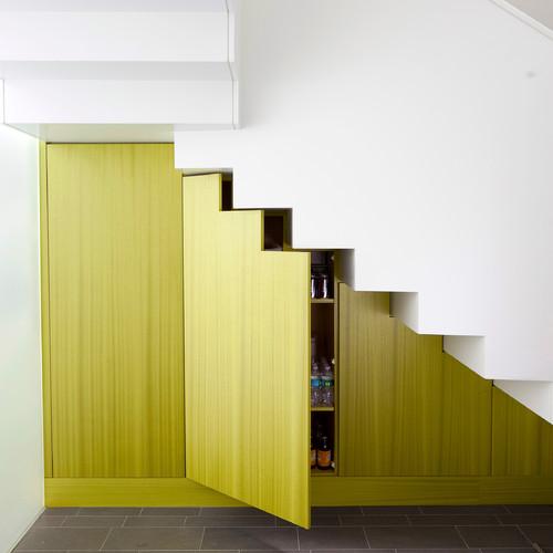 Lemari serbaguna pada ruang tamu bawah tangga - Houzz