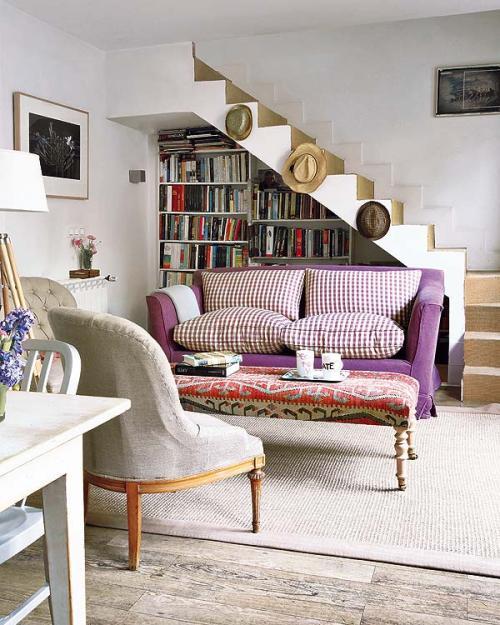 Rak buku pada ruang tamu bawah tangga - Decoholic