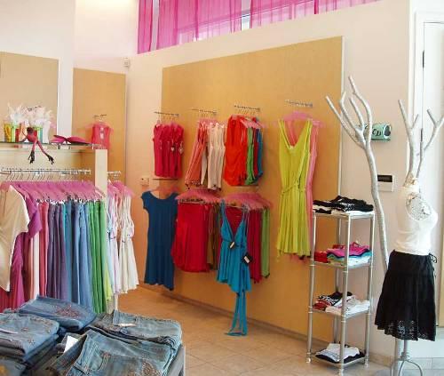 Rak gantung terbuka pada interior butik - Lifestyleresidencies