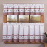 Desain Dapur Kecil yang Menarik dengan Tirai Cantik