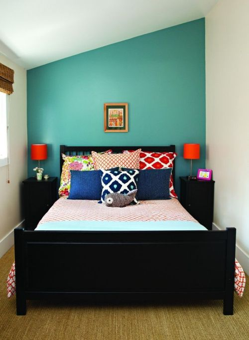 Interior kamar dengan headboard toska - Ashley Tarango (Pinterest)