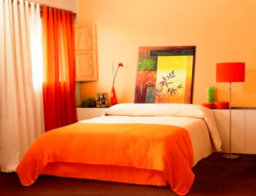 Kamar tidur full-color dengan gradasi warna orange (Zerodecor)