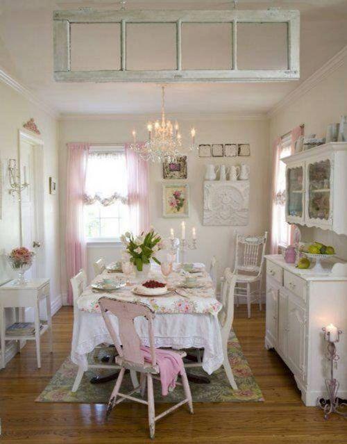Dapur shabby chic dengan kandelier antik (Interiordaily)