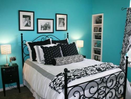 Paduan warna hitam dan biru di kamar tidur (Homevillage)