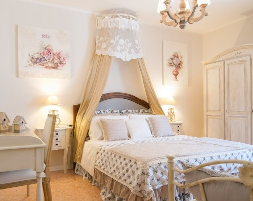Desain kamar tidur bernuansa klasik dengan ranjang kanopi (Fotolia)