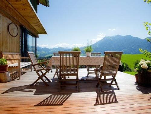 Desain teras terbuka dengan kursi kayu dan lantai parket (Fotolia)