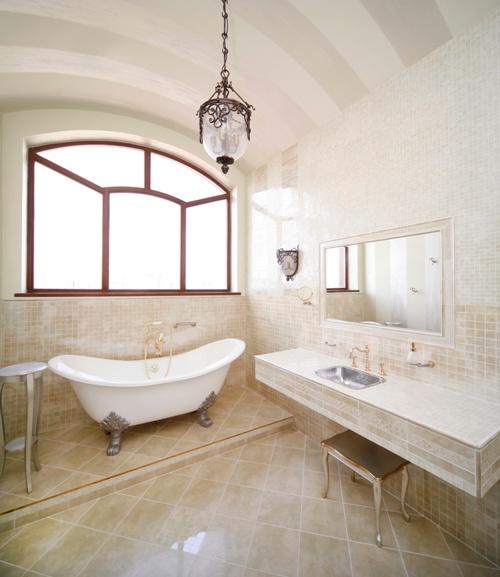 Interior kamar mandi dengan aksesoris klasik (Fotolia)