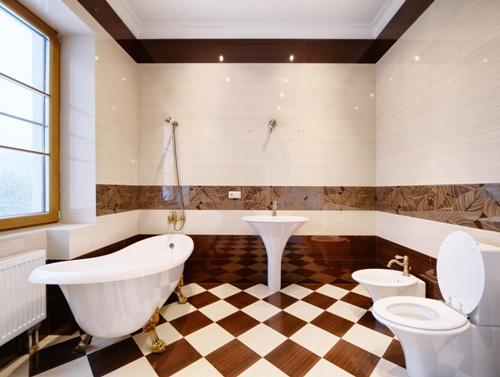 Lantai bertema catur menciptakan nuansa klasik di kamar mandi (Fotolia)