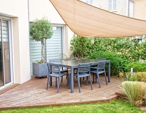 Ruang makan terbuka di teras belakang rumah (Fotolia)