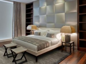 Interior kamar tidur minimalis Headboard berbahan logam (Homedesignlover)
