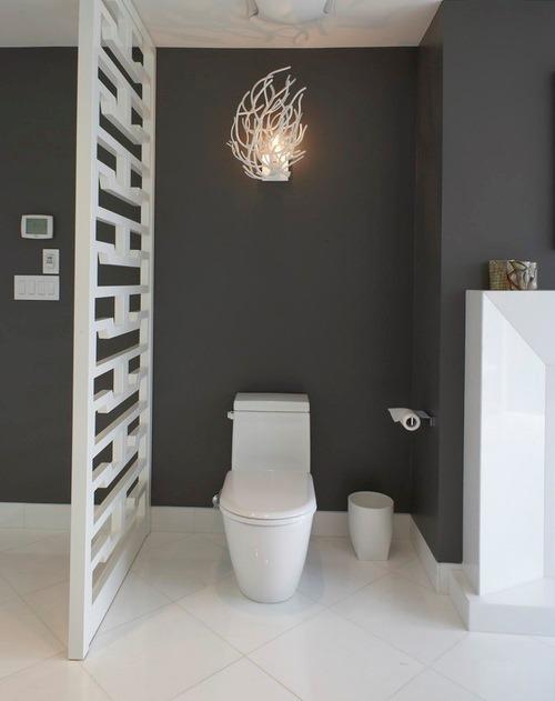 Contoh divider screen di kamar mandi kecil (Houzz)