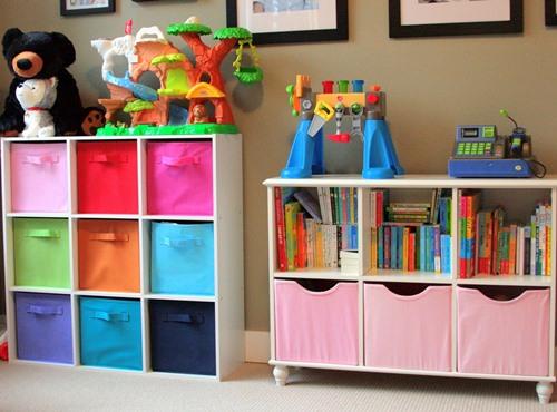 Menata mainan pada interior kamar tidur anak (Thenavystripe)