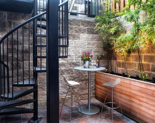 Contoh furniture minimalis berdesain tinggi di teras belakang yang kecil (Houzz)