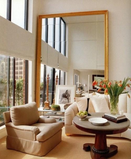 Dekorasi interior ruang tamu dengan kaca besar (Highwayswest)