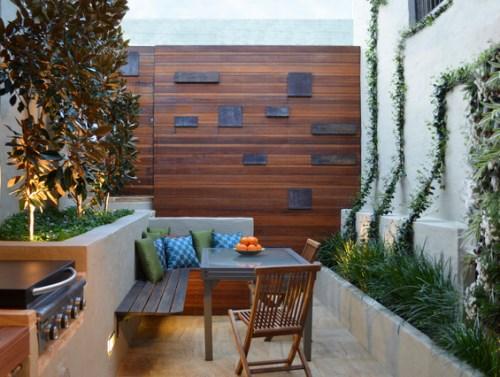 Ide dekorasi teras kecil dengan tanaman vertikal (Houzz)