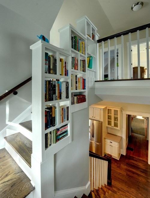 Rak kreatif di tangga rumah minimalis (Houzz)