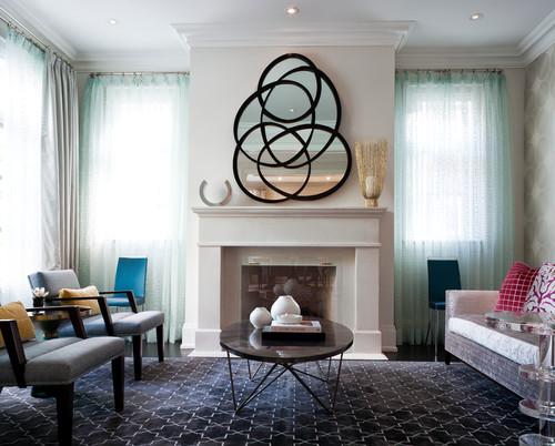 Ruang keluarga kontemporer dengan cermin dekoratif (Houzz)
