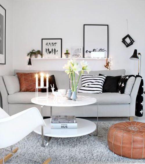Ruang tamu putih dengan sentuhan warna hitam (Bubbahost)