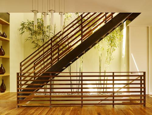 Area bawah tangga dimanfaatkan sebagai taman minimalis
