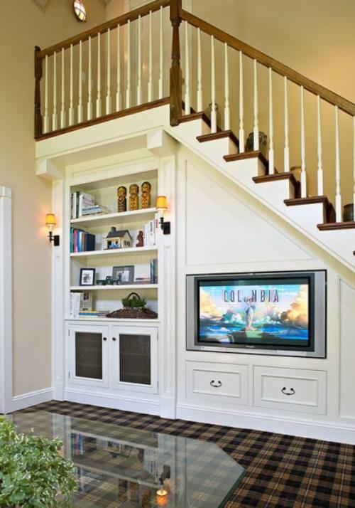 Area bawah tangga dimanfaatkan untuk rak TV - Shelterness