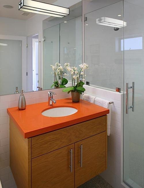 Cabinet orange di kamar mandi - Desaininterior