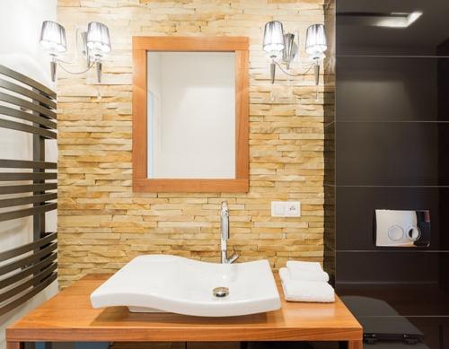 Contoh aplikasi dinding batu alam di kamar mandi (Fotolia)