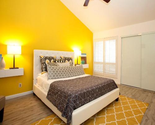 Contoh aplikasi kuning pada kamar tidur (Hgtvhome)