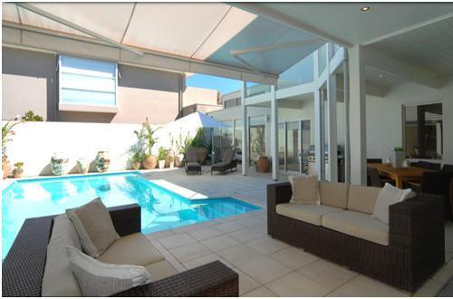 Contoh kolam renang indoor di rumah mewah