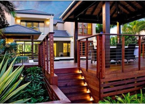 Contoh rumah minimalis 2 lantai dengan decking