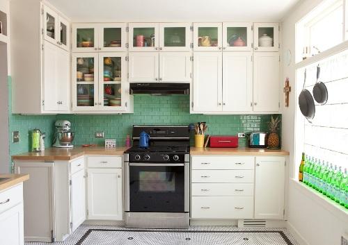 Dapur kecl tampak rapi dengan rak kaca transparan