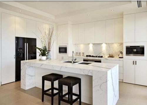 Dapur minimalis praktis dengan furniture tertanam di dinding