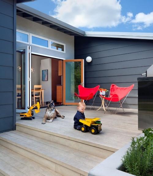 Decking di belakang rumah sederhana digunakan sebagai area bermain