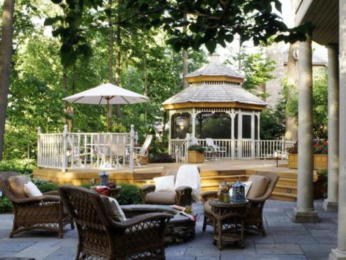 Desain halaman rumah dengan gazebo, kanopi dan patio